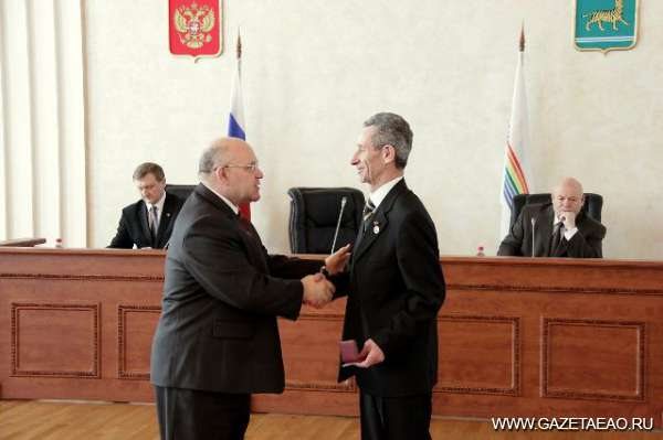 Почет достойным - губернатор ЕАО Александр Винников вручает награду Рахмилю Ледеру.