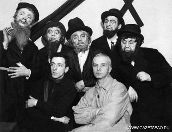 Пять лет еврейскому театру - Худрук Марк Рубинштейн (слева внизу) с актерами БирГОСЕТа. 1934 год