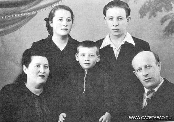Помнить не только о победах, но и о трагедиях - Борис Миллер с семьей после освобождения из лагеря