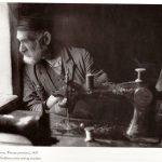 Арон-Нохем за своей швейной машинкой. Кутно, 1927 год. Альтер Кацизне
