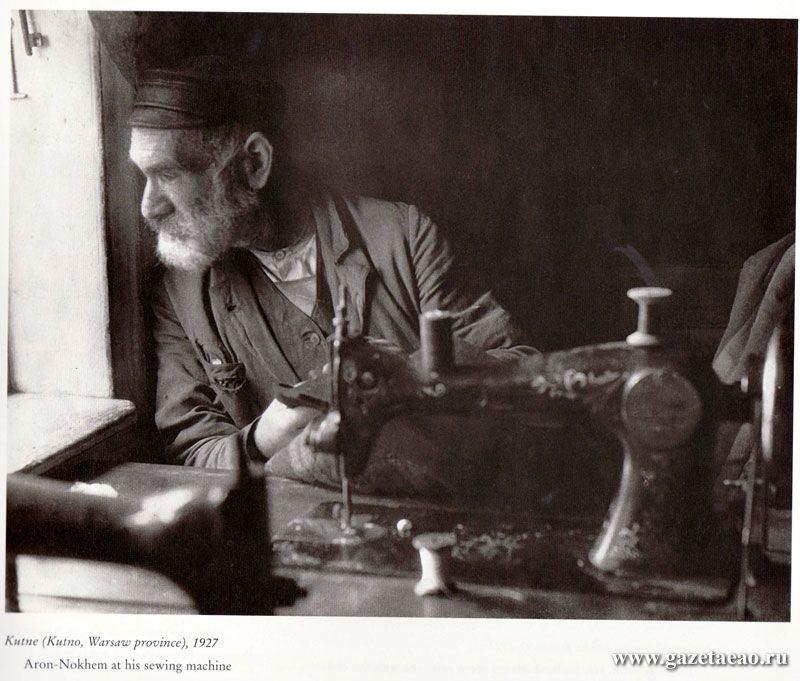 Биро-Биджан - Арон-Нохем за своей швейной машинкой. Кутно, 1927 год.
