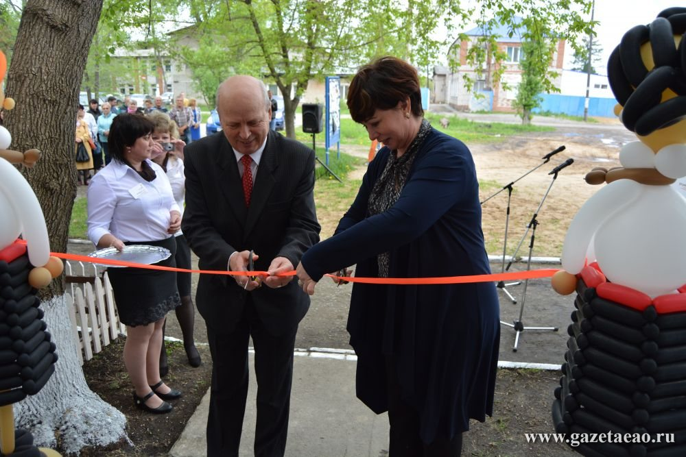 На первой линии - Глава Приамурского поселения Сергей Глущенко и директор МФЦ Рита Андреева открывают офис