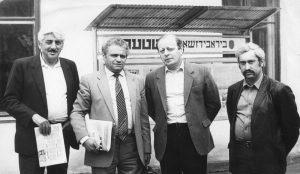 Штерновцы Р. Шойхет, Л. Школьник и В. Белинкер с гостем редакции, известным советским композитором Вениамином Баснером