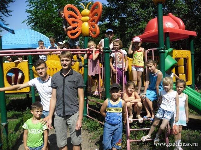 В атмосфере творчества - Отдых на детской площадке вместе с вожатыми Сергеем Засориным и Денисом Желточенко.