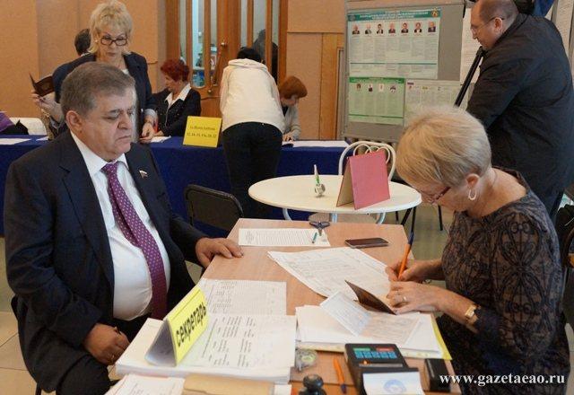 В ЕАО подведены итоги голосования - Сенатор от ЕАО Владимир Джабаров голосует на одном из избирательных участков Биробиджана