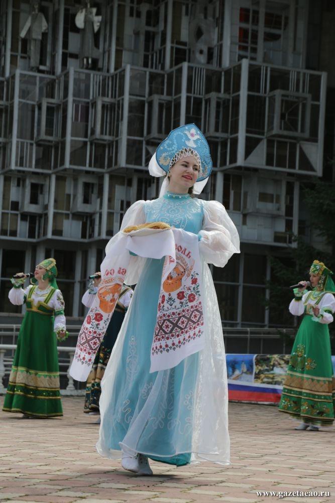 Под управлением любви - В один из дней фестиваля на театральной площади прошел концерт заслуженного коллектива народного творчества – ансамбля «Камышинка» (Смидовичский район).