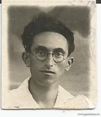 Слово об отце - Рафаил Кардонский. На этом фото ему около двадцати лет.