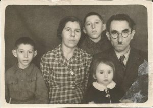 2-1947-god-komsomolsk-na-amure-moi-roditeli-moi-bratya-ya-sizhu-u-papy-na-kolenyah-mne-1-god