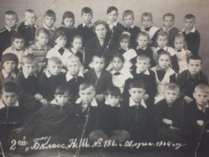 """2 """"б"""" класс. г. Облучье. 1964 г. Я в первом ряду в центре. Школьную форму для мальчиков уже отменили."""