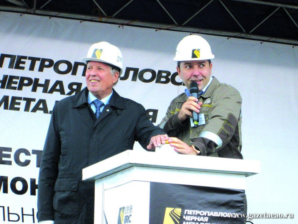 Юбиляра поздравили три губернатора - На снимке, сделанном 29 августа 2015 года, Виктор Гожий (слева) и Юрий Макаров, генеральный директор Кимкано-Сутарского ГОКа, нажимают символическую кнопку пуска горно-обогатительного комбината.