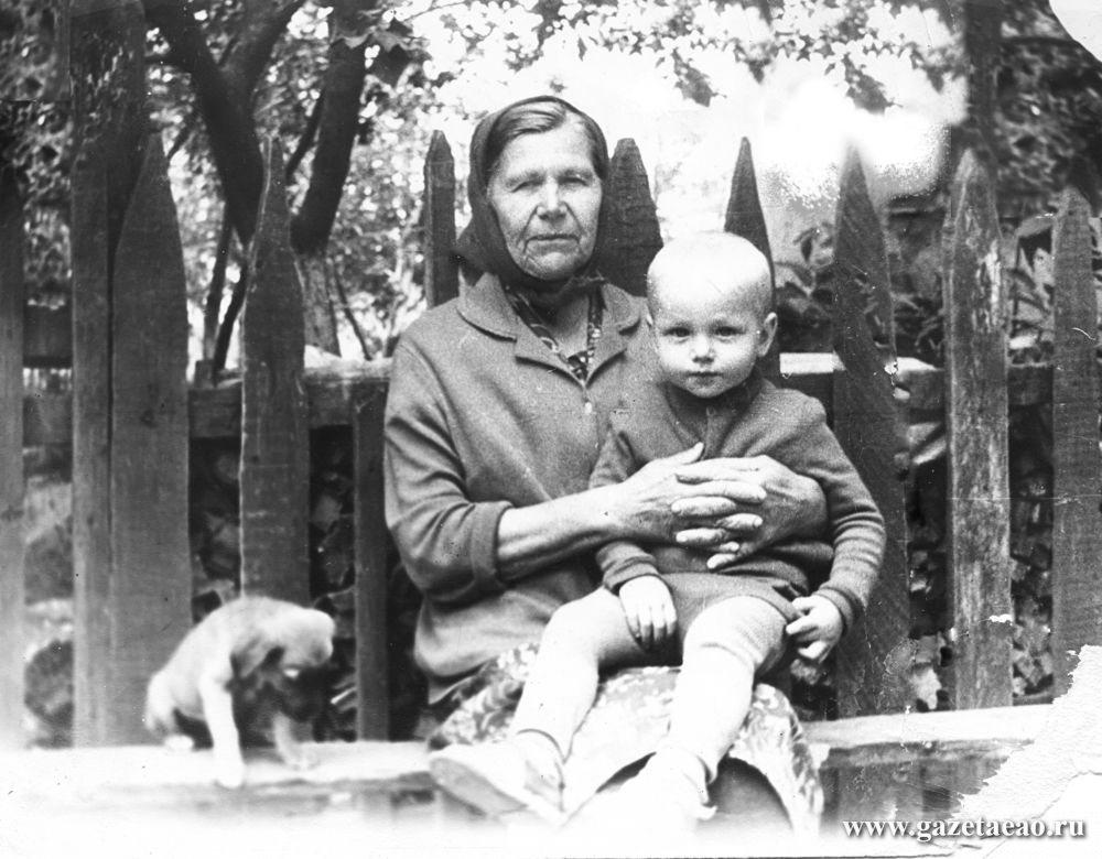 Мамины ноябрины - Мама в редкую минуту отдыха с внуком