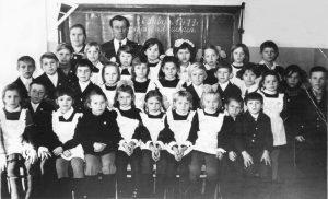 Мария Ивановна и Николай Васильевич Гревцовы с учениками, с. Октябрьское, 1978 год