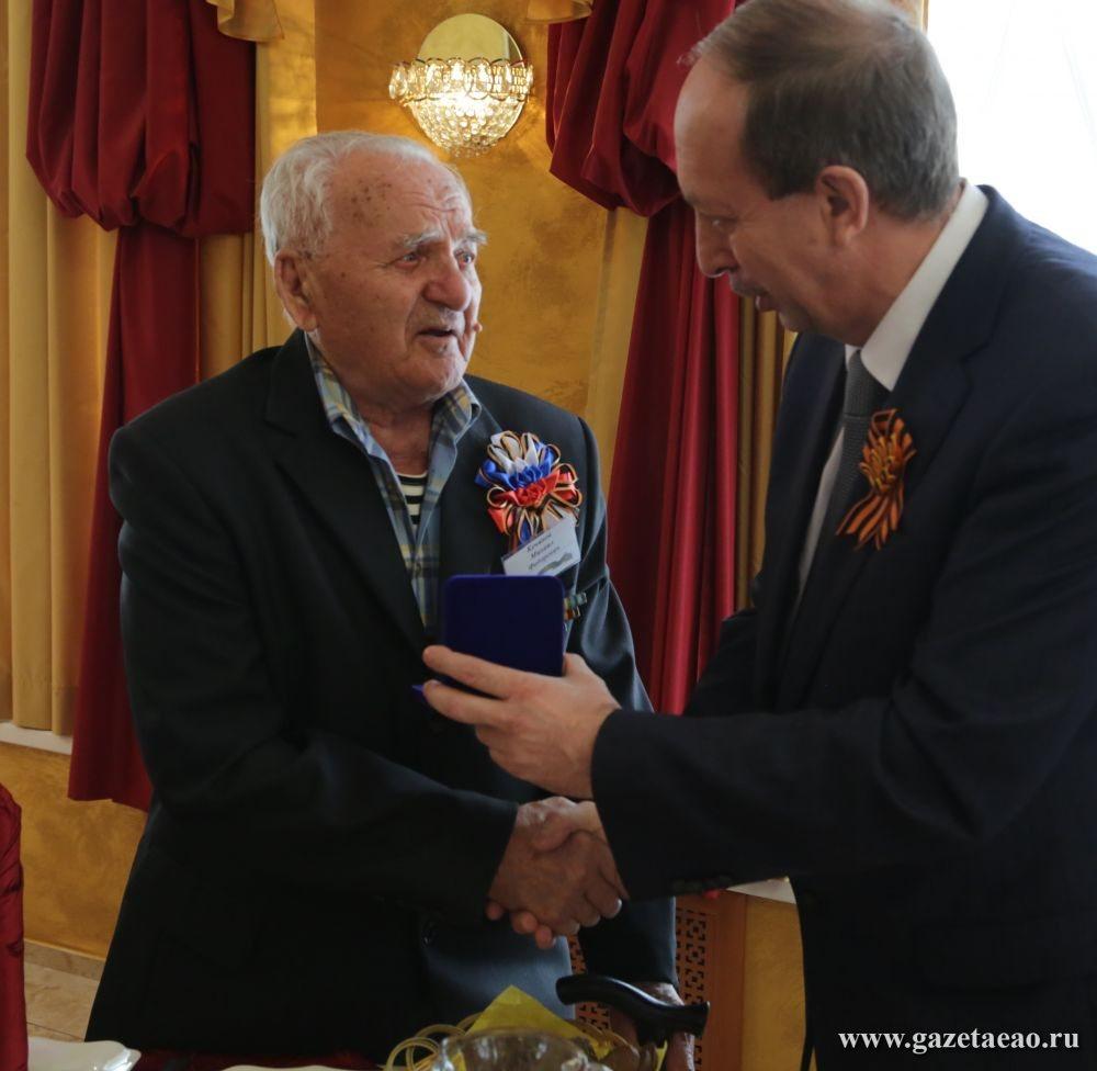 Защитник - Губернатор Александр Левинталь вручает ветерану награду