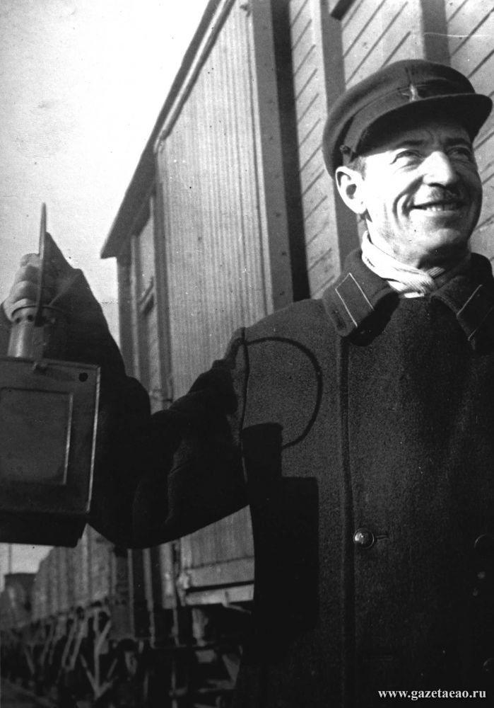 Как молоды мы были - Старший кондуктор Самуил Гулуб.  Фото Х.Гринберга