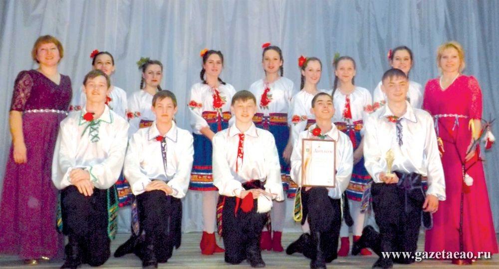 Молоды и талантливы - Старшая группа «Мозаики» вместе со своими хореографами на городской сцене.