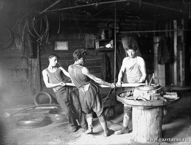 И город такой молодой - Цех гнутой мебели фабрики им. Димитрова. 1936 г. (Фото Л. Гершковича)