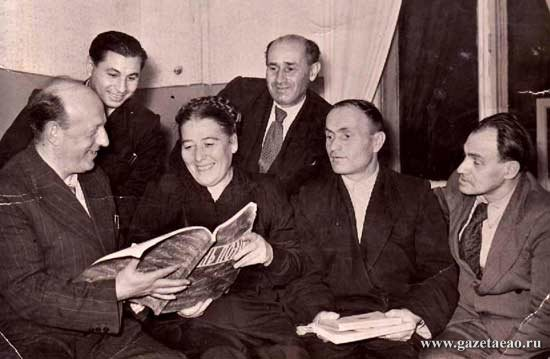 НЕДЕЛЯ  В БИРОБИДЖАНЕ - На фото: (слева направо) Бузи Миллер, Макс Риант, Люба Вассерман, Сальвадор Боржес, Ицик Бронфман, Гершл Рабинков, 1958 год