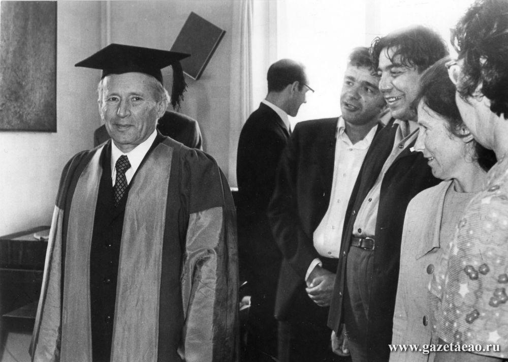 Легенда о Золушке: - Фото: 1973 год. И.М. Гельфанду – 60 лет. Студенты рассматривают атрибуты почетного доктора Оксфорда