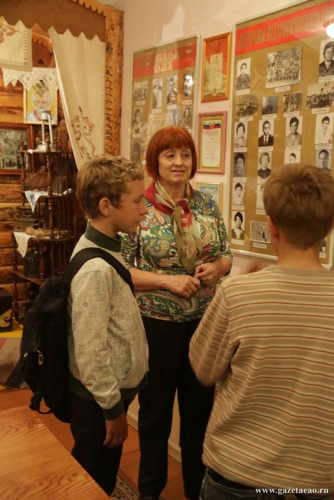 И самый молодой, и первый именной - Татьяна Томашевич со школьниками