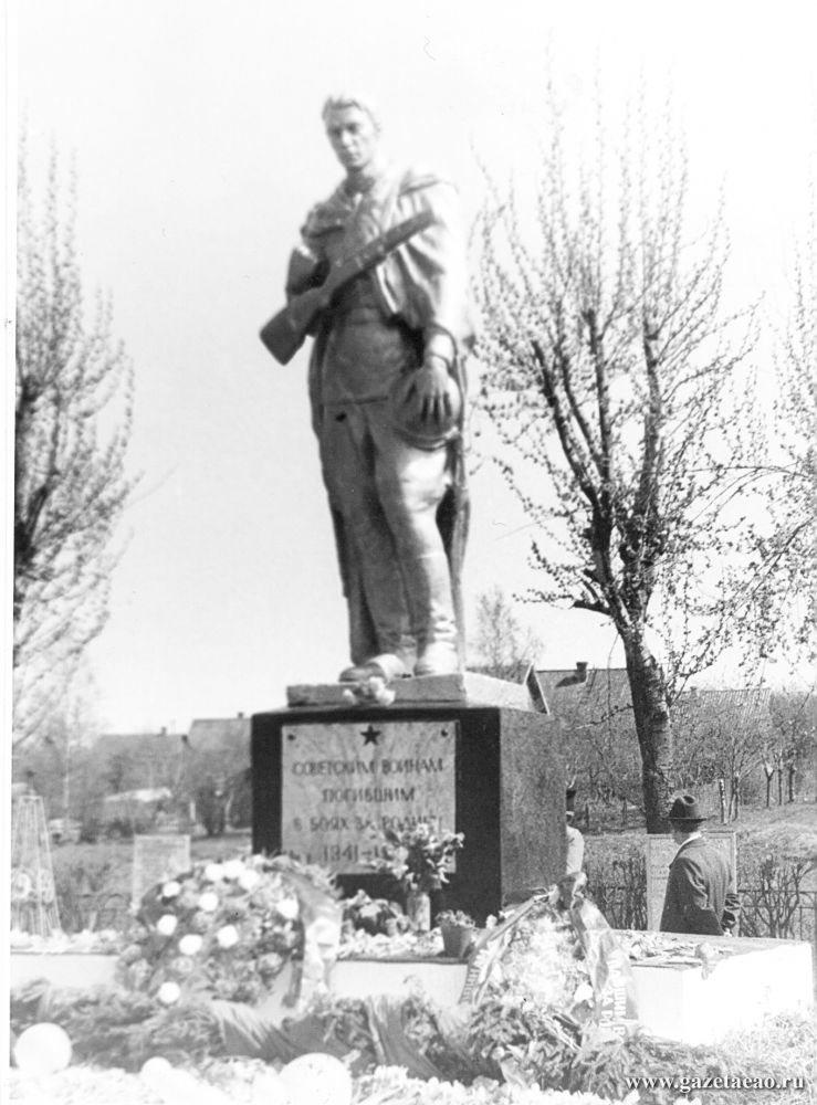 Нужна новая Книга Памяти - Этот памятник поставлен воинам, ценой жизни защитившим Ленинград. Среди них было немало жителей нашей области.