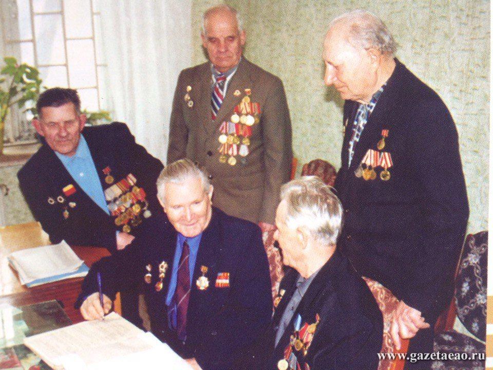 Последние залпы сержанта Томилова - Иван Томилов (в центре) с ветеранами Ленинского района. 2002 год