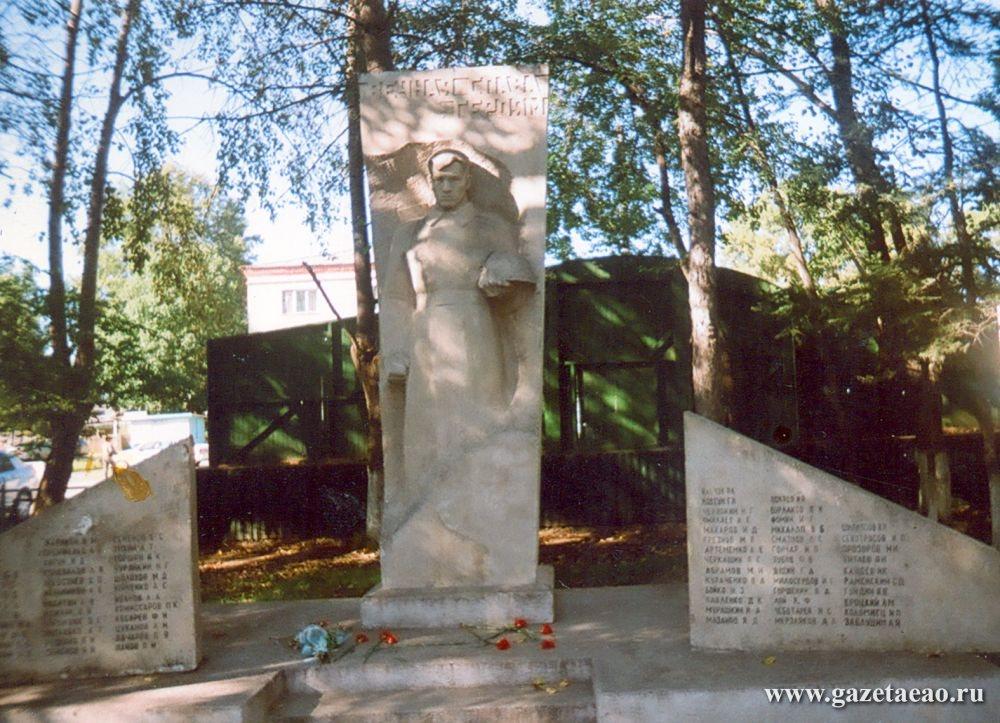 Памятник, подвинься –  магазин строится