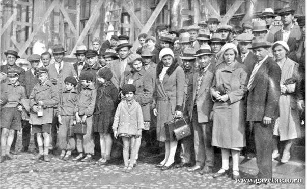 История в фотографиях - Первая группа переселенцев из Аргентины и Германии  на Октябрьском вокзале в Москве. 1931 год