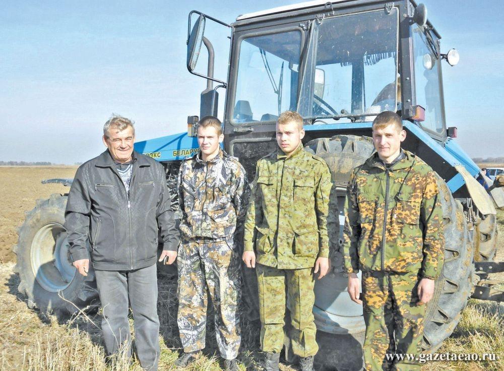 Студентна «дарёных» гектарах - Мастер производственного обучения Юрий Бондаренко со студентами.