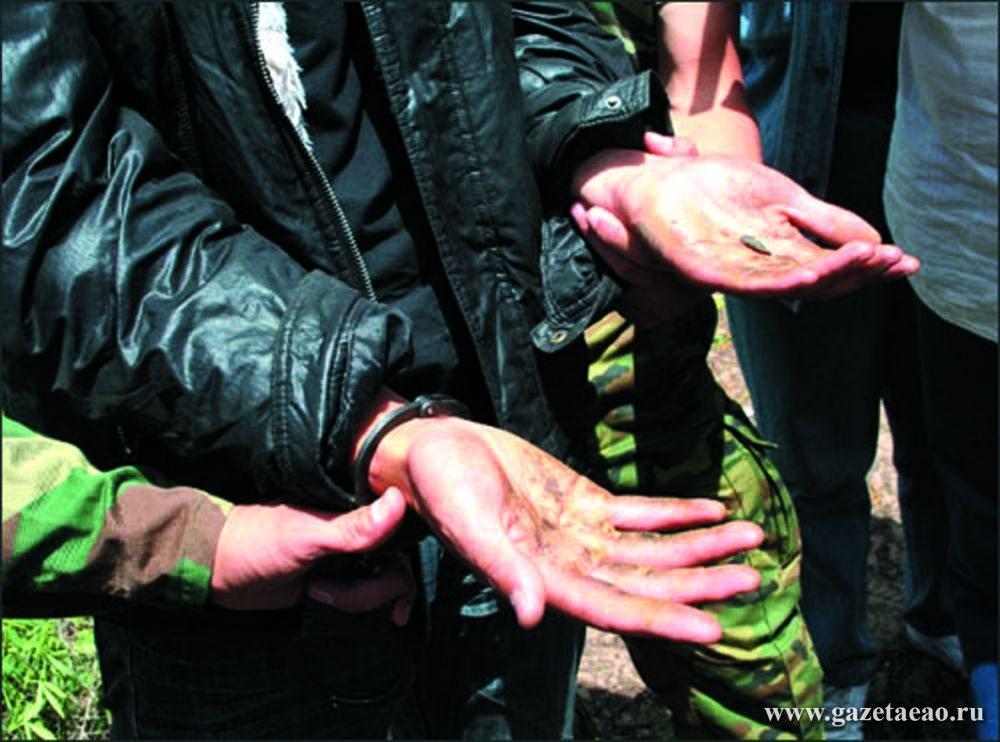 Конопля уходит из села, но не из оборота - На руках задержанного — следы дикорастущей конопли.