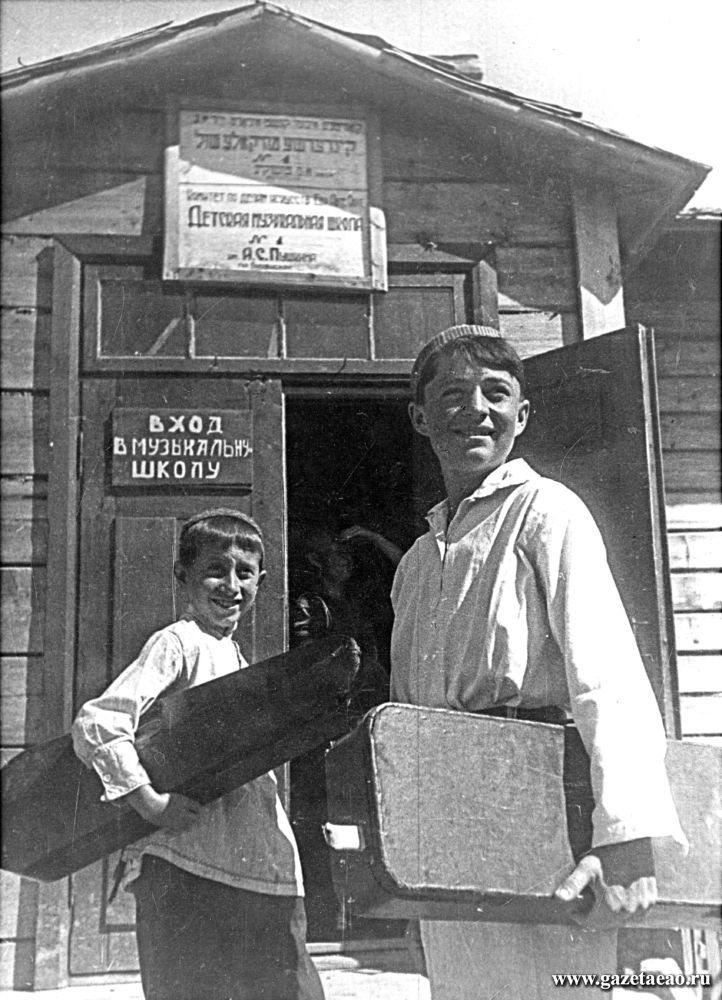 Обратный кадр - У входа в детскую музыкальную школу. Биробиджан. Фотограф В. Гиршович. 1937 год.
