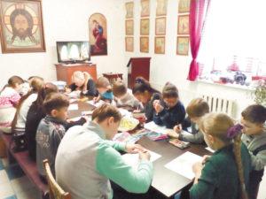 В воскресенье, сразу после службы на приходе, собрались ребята из воскресной школы.