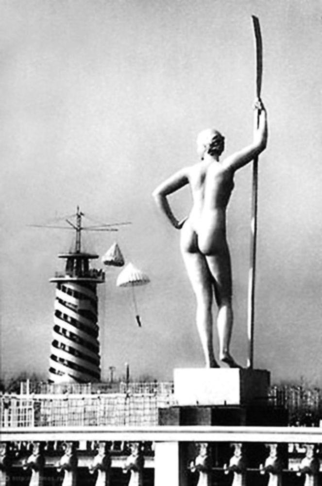 Забытый подвиг девушки с веслом - 1936 г. Москва.  Вид на Парашютную вышку  со стороны наб. М. Горького  (центральный вход в парк)