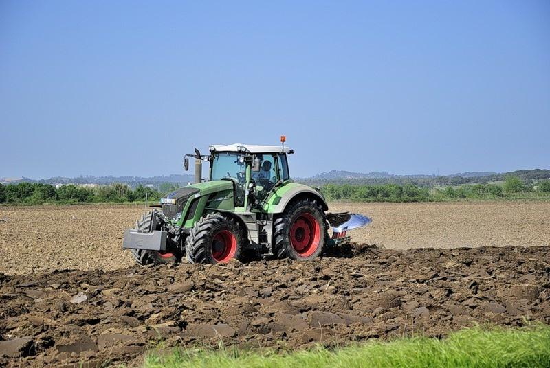 Чей трактор в поле ходит