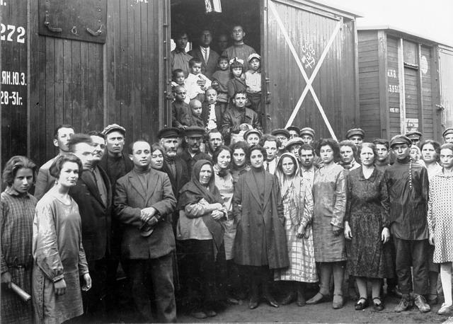 Родители нашей истории - Еврейские переселенцы из-за границы на станции Тихонькой