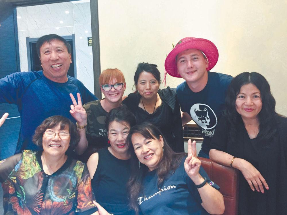 Через годы, через расстояния, - Чжан Юнфу с сестрами вместе с Лизой Узяковой и Дмитрием Козыревым во время встречи в городе Лобэй