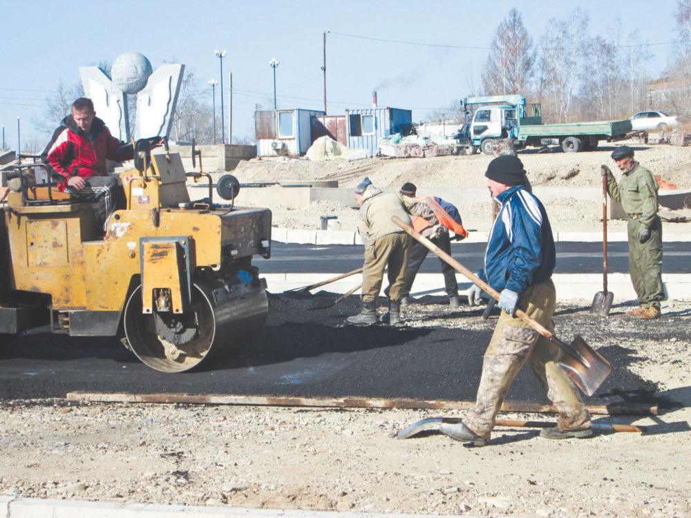 Дворы, дороги  и скейт-парк - На снимке: строительство скейт-парка в Биробиджане.