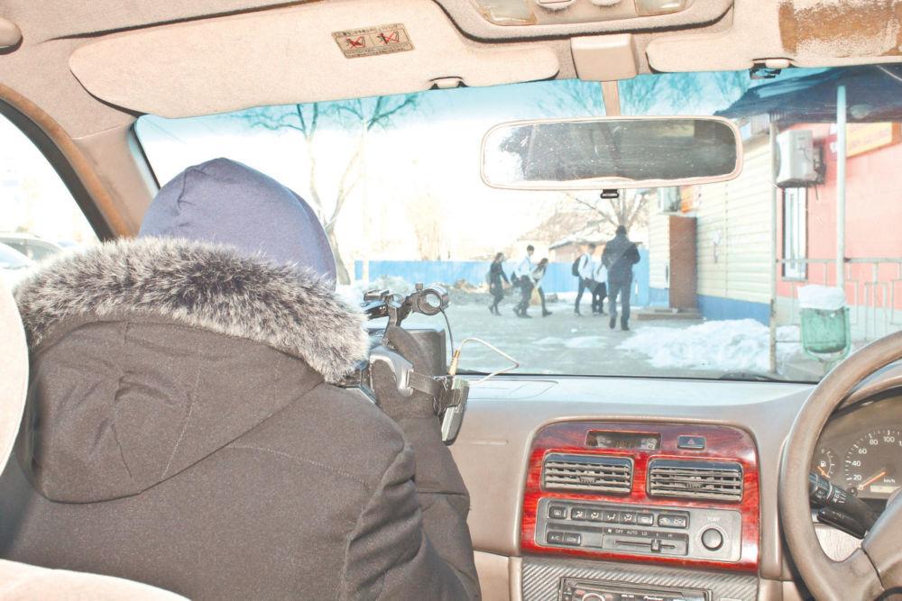 Запретный дымок  в тихом селе - Активист в засаде -стайка школьников входит в магазин с табаком
