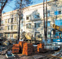 От крыши до канализации - На фото автора: лечебный корпус больницы сегодня, строители заняты ремонтом областной детской больницы.