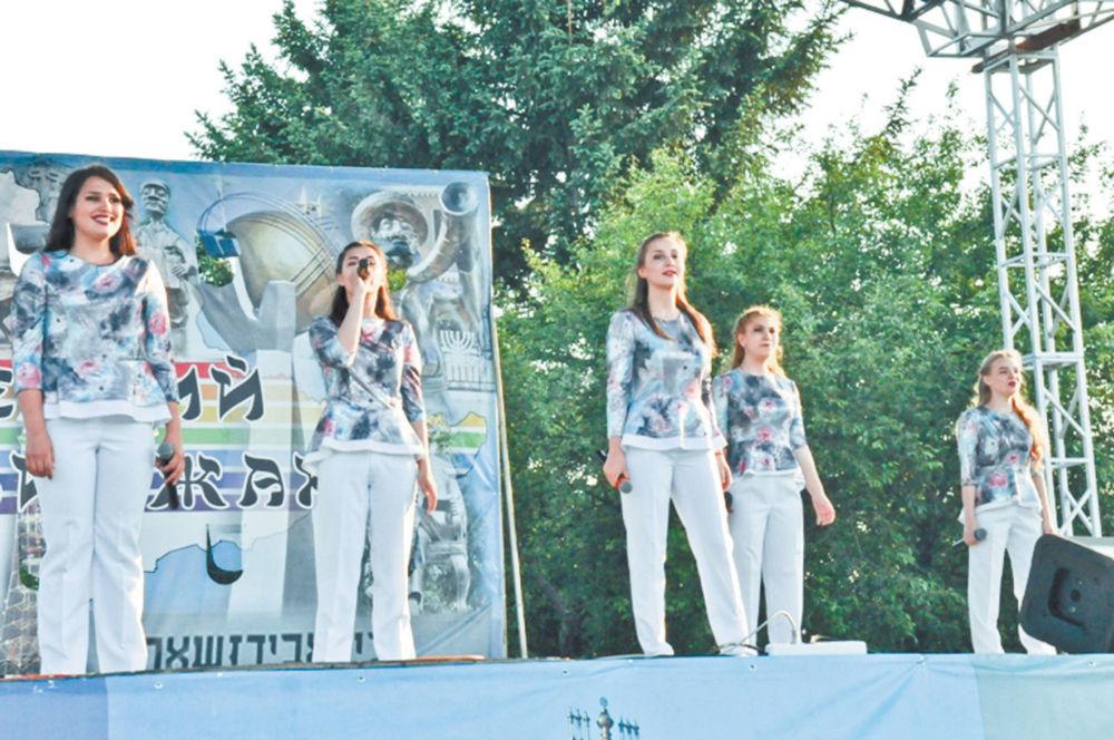 Париж — Владивосток — биробиджанский маршрут удачи - Шоу-группа «Новый день» на уличной сцене арт-проекта «Вечерний Биробиджан»