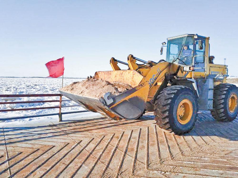 Зимняя понтонная переправа заработала в Нижнеленинском - Испытание переправы на прочность тяжёлой техникой.