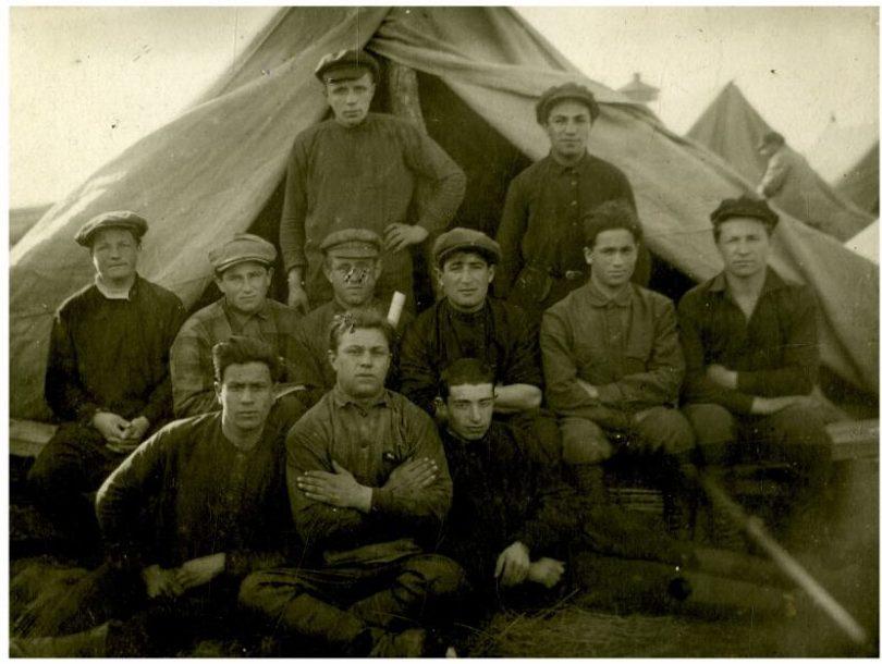 Человек плюс время - Члены коммуны «Икор». 1928 год.  Во втором ряду третий справа – председатель коммуны Хоня Шапиро.