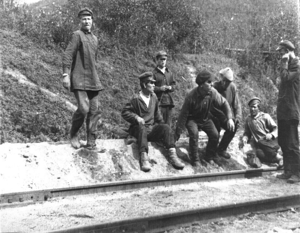 Облучье, город  железнодорожников - Станция Облучье. Местные жители у вагона экспедиции
