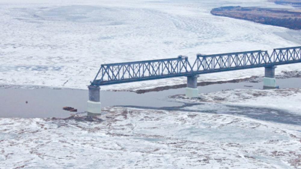 Мост под двумя небесами - Строящийся мост через замерзший Амур.