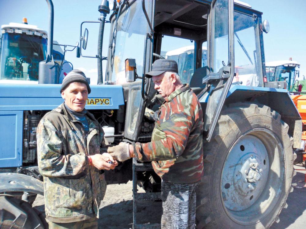 Механизатор весной, как художник –  не расстается с кистью - Работники КФХ Тамары Юрченко на территории производственной базы.
