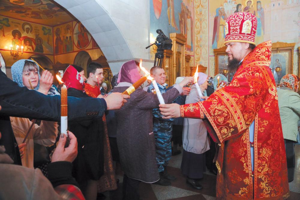 РЯДОМ С БЛАГОДАТНЫМ ОГНЁМ - 30 апреля частица Благодатного огня вновь прибыла на Дальний Восток, в том числе огонь пришел в храм Биробиджанской православной епархии.