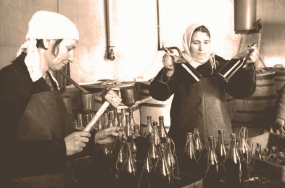 Привет из Сан-Франциско! - Женщины на фабрике заполняют бутылки зажигательной смесью.Источник – histrf.ru