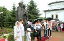 Скульптуру святых Петра и Февронии Муромских открыли в Биробиджане в преддверии Дня семьи, любви и верности