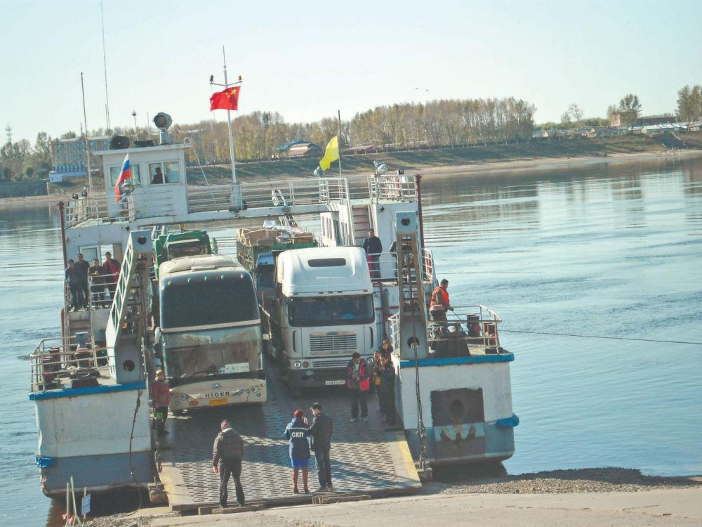 Откуда деньги для казны - Подход грузо-пассажирского речного парома из КНР в порту Амурзет