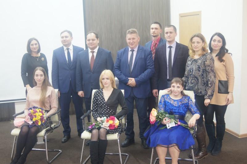 Ключи от новых служебных квартир вручил врио губернатора ЕАО Ростислав Гольдштейн медработникам региона